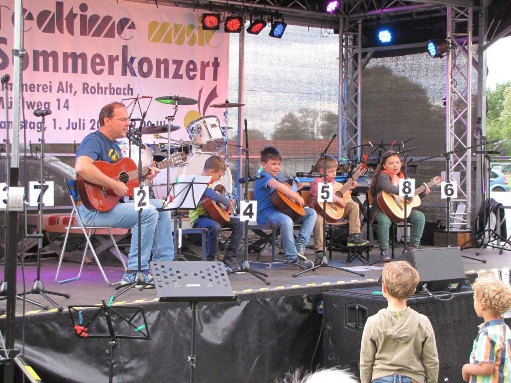 Gitarrenkinder beim Auftritt auf dem Sommerkonzert